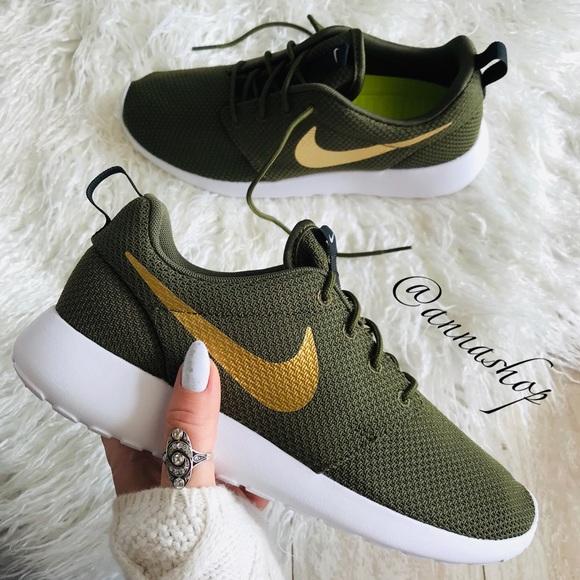 1c6d5fd544d27 NWT Nike ID Roshe One Custom Gold Swoosh